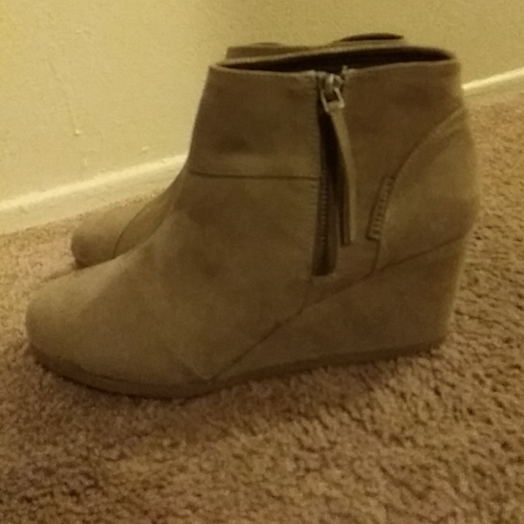 3842e6209851 Attention 1 2boot wedge-color  emmy taupe size 9
